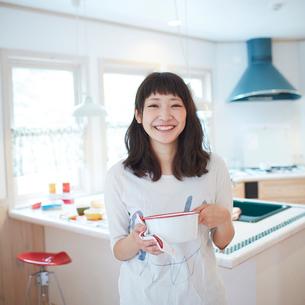 鍋を持つ笑顔の若い女性の写真素材 [FYI02053148]