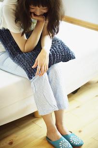ベッドの上の寝起きの女性の写真素材 [FYI02053154]