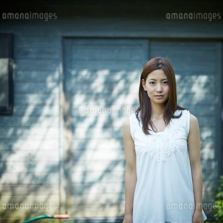 若い女性のポートレートの写真素材 [FYI02053170]