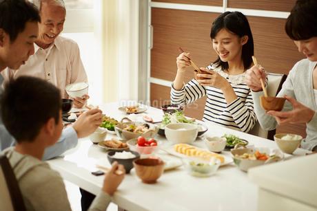 食卓の三世代ファミリーの写真素材 [FYI02053173]
