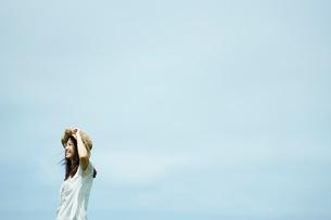 帽子を被った女性と青空の写真素材 [FYI02053186]