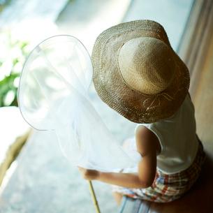 捕虫網を持つ麦わら帽子を被った子供の写真素材 [FYI02053228]