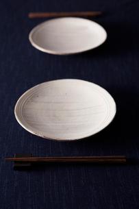二組の皿と箸の写真素材 [FYI02053242]