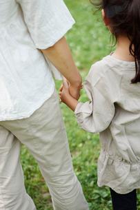 お母さんと手をつなぐ女の子の写真素材 [FYI02053280]