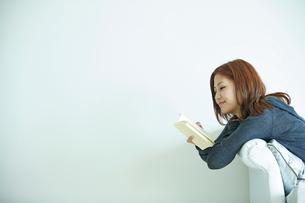 読書をする女性の写真素材 [FYI02053285]