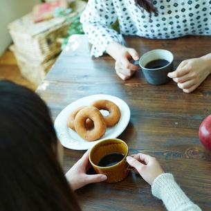 コーヒーブレイクを楽しむ2人の女性の写真素材 [FYI02053286]
