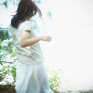 駆け出す女性の後姿の写真素材 [FYI02053294]
