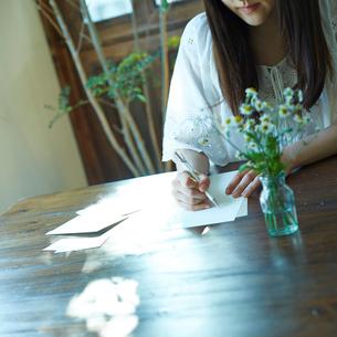 手紙を書く女性の写真素材 [FYI02053296]
