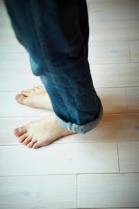 フローリングと女性の足の写真素材 [FYI02053307]