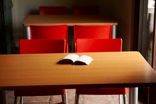 本がのったテーブルと椅子の写真素材 [FYI02053332]
