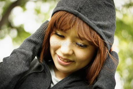 フードをかぶる女性の写真素材 [FYI02053337]