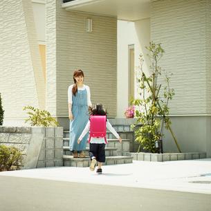住宅の前の母と子の写真素材 [FYI02053342]