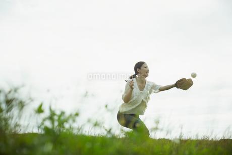 キャッチボールをする女性の写真素材 [FYI02053343]