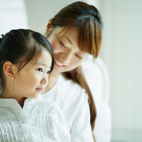 女の子と母親の写真素材 [FYI02053357]