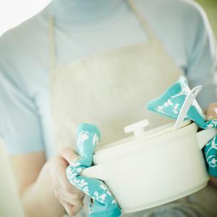 鍋を持つ女性の写真素材 [FYI02053370]