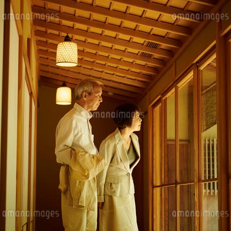 旅館のシニア夫婦の写真素材 [FYI02053372]