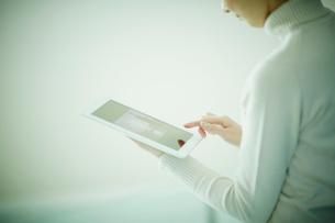 タブレットPCを操作する女性の写真素材 [FYI02053398]