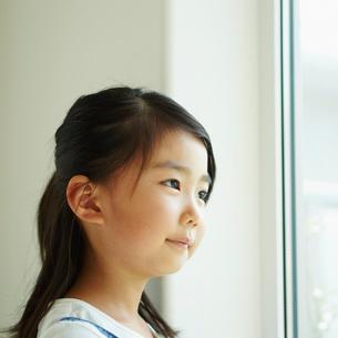 外を見る女の子の写真素材 [FYI02053409]