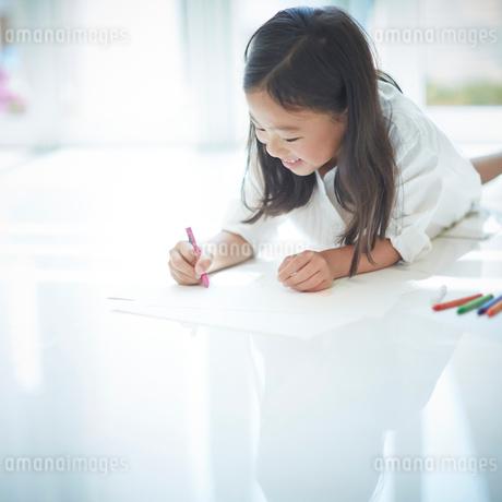 お絵かきをする女の子の写真素材 [FYI02053427]