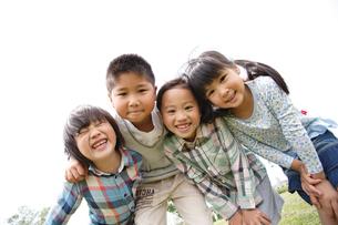 肩を組む4人の子供達の写真素材 [FYI02053458]