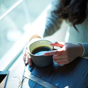 コーヒーと女性の手元の写真素材 [FYI02053469]