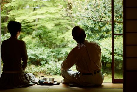 縁側のお茶とシニア夫婦の写真素材 [FYI02053473]