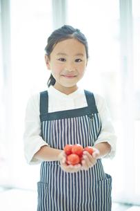 トマトを持つ女の子の写真素材 [FYI02053475]
