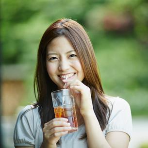 アイスティーを飲む女性の写真素材 [FYI02053478]