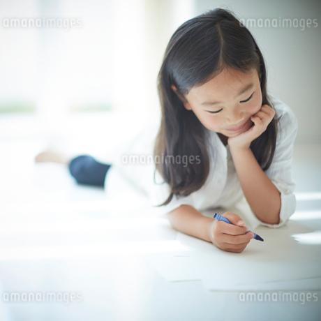 お絵かきをする女の子の写真素材 [FYI02053498]