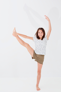 片足を上げて立つ女の子の写真素材 [FYI02053501]