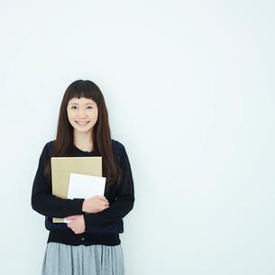 ノートを持った女子大生のポートレートの写真素材 [FYI02053519]