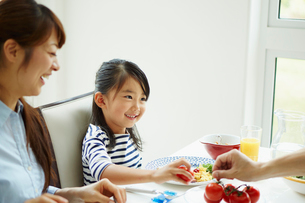 朝食を食べるファミリーの写真素材 [FYI02053522]