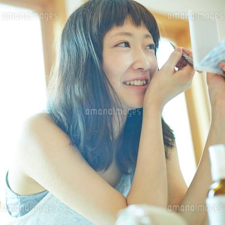 メイクをする若い女性の写真素材 [FYI02053539]