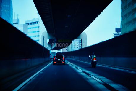 夕暮れの首都高の写真素材 [FYI02053542]