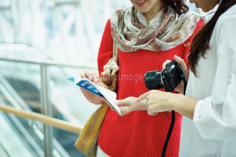 旅行を楽しむ2人の女性の写真素材 [FYI02053549]
