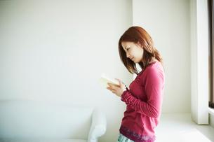 読書をする女性の写真素材 [FYI02053565]
