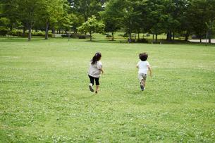 公園を走る子供達の写真素材 [FYI02053568]