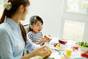食事をする女の子と母親の写真素材 [FYI02053578]