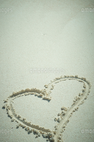砂に描いたハートの写真素材 [FYI02053585]