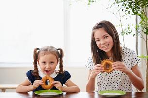 ドーナツを持つ2人の女の子の写真素材 [FYI02053595]