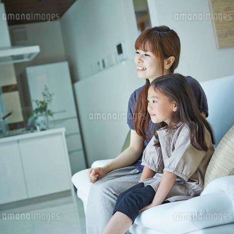 ソファに座る女の子と母親の写真素材 [FYI02053599]