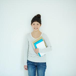 ノートを持った女子大生のポートレートの写真素材 [FYI02053602]
