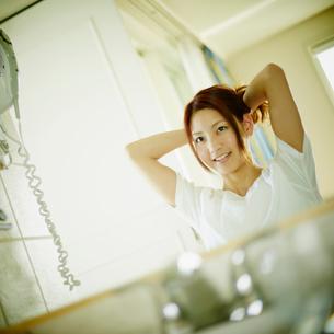 髪を結う女性の写真素材 [FYI02053603]