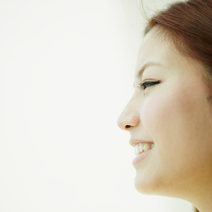笑顔の女性の横顔の写真素材 [FYI02053620]
