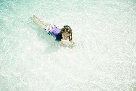 海の浅瀬で横たわる女の子の写真素材 [FYI02053621]