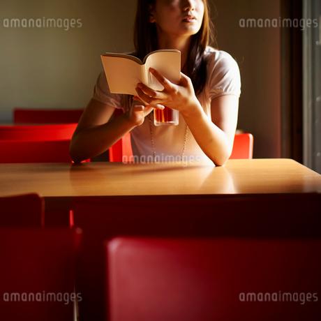 本を持つ女性の写真素材 [FYI02053625]