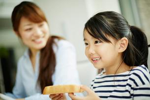 食事をする女の子と母親の写真素材 [FYI02053643]