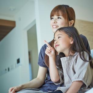 指差す女の子と母親の写真素材 [FYI02053645]