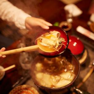 お椀に盛るせんべい汁の写真素材 [FYI02053679]