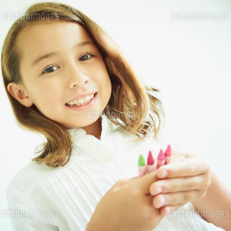 クレヨンを持つ女の子の写真素材 [FYI02053694]